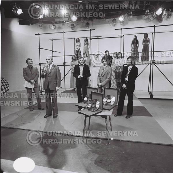 # 1393 - 1975r. studio TV Katowice, wręczenie zespołowi Złotej Płyty za Longplay 'Spokój Serca' przez v-ce dyrektora Polskich Nagrań Józefa Pielkę.