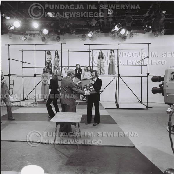 # 1396 - 1975r. studio TV Katowice, wręczenie zespołowi Złotej Płyty za Longplay 'Spokój Serca' przez v-ce dyrektora Polskich Nagrań Józefa Pielkę.