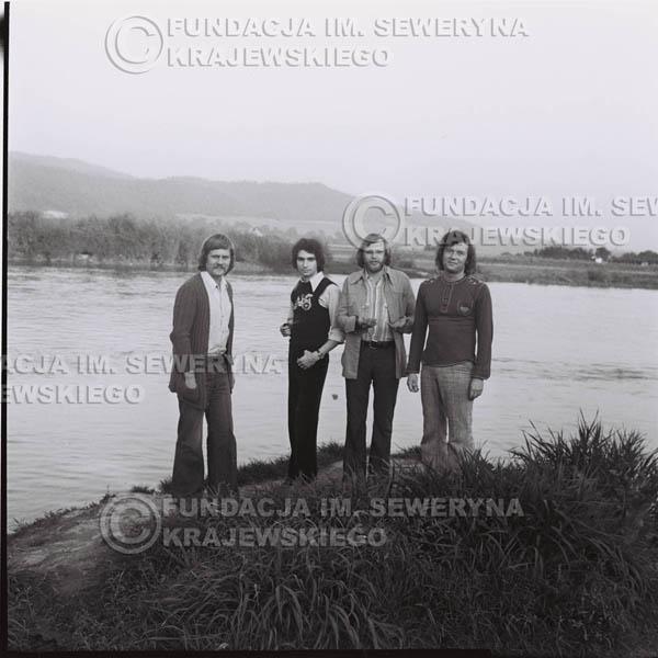 # 1401 - 1975r. sesja zdjęciowa w Sanoku. Czerwone Gitary w składzie: Seweryn Krajewski, Ryszard Kaczmarek , Jerzy Skrzypczyk, , Bernard Dornowski.