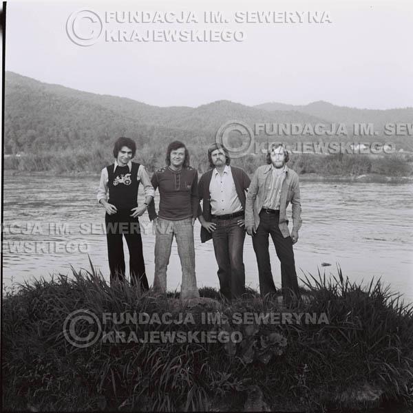 # 1402 - 1975r. sesja zdjęciowa w Sanoku. Czerwone Gitary w składzie: Seweryn Krajewski, Ryszard Kaczmarek , Jerzy Skrzypczyk, , Bernard Dornowski.