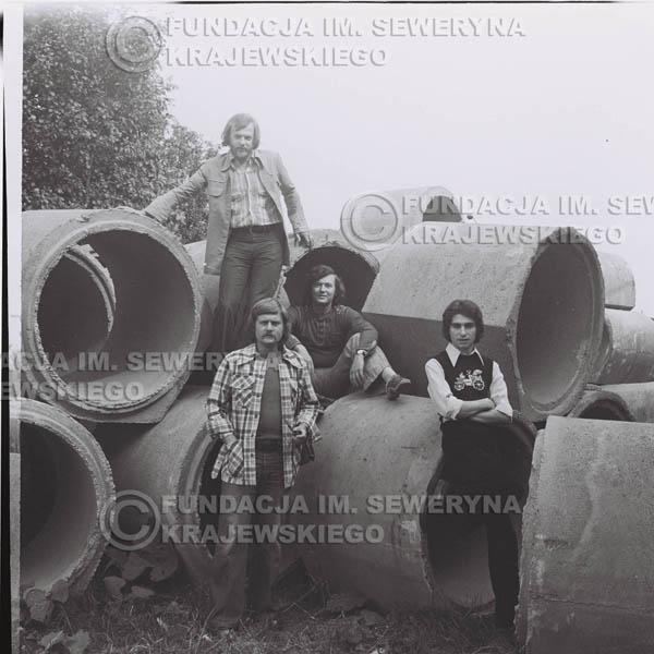 # 1407 - 1975r. sesja zdjęciowa w Sanoku. Czerwone Gitary w składzie: Seweryn Krajewski, Ryszard Kaczmarek , Jerzy Skrzypczyk, , Bernard Dornowski.