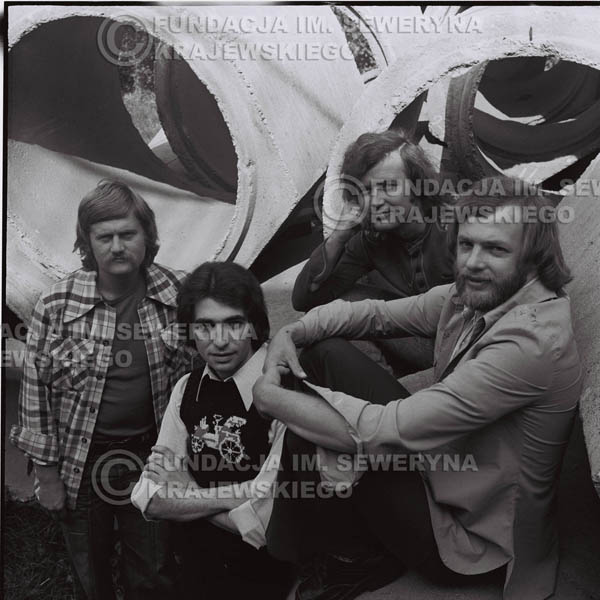 # 1408 - 1975r. sesja zdjęciowa w Sanoku. Czerwone Gitary w składzie: Seweryn Krajewski, Ryszard Kaczmarek , Jerzy Skrzypczyk, , Bernard Dornowski.