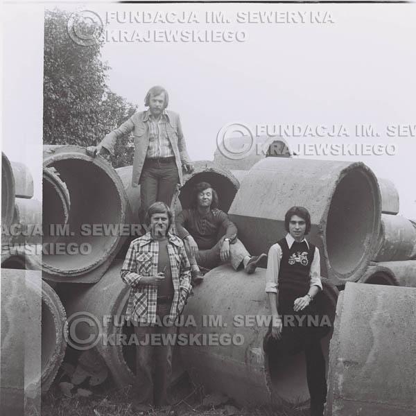 # 1411 - 1975r. sesja zdjęciowa w Sanoku. Czerwone Gitary w składzie: Seweryn Krajewski, Ryszard Kaczmarek , Jerzy Skrzypczyk, , Bernard Dornowski.