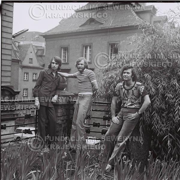 # 1418 - Sesja zdjęciowa na poznańskiej Starówce, 1973r. Czerwone Gitary w składzie: Bernard Dornowski, Seweryn Krajewski, Jerzy Skrzypczyk.