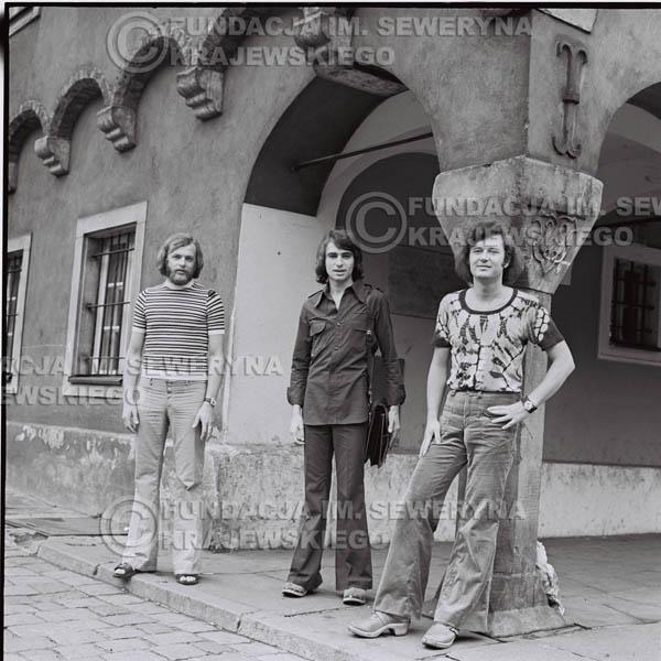 # 1420 - Sesja zdjęciowa na poznańskiej Starówce, 1973r. Czerwone Gitary w składzie: Bernard Dornowski, Seweryn Krajewski, Jerzy Skrzypczyk.
