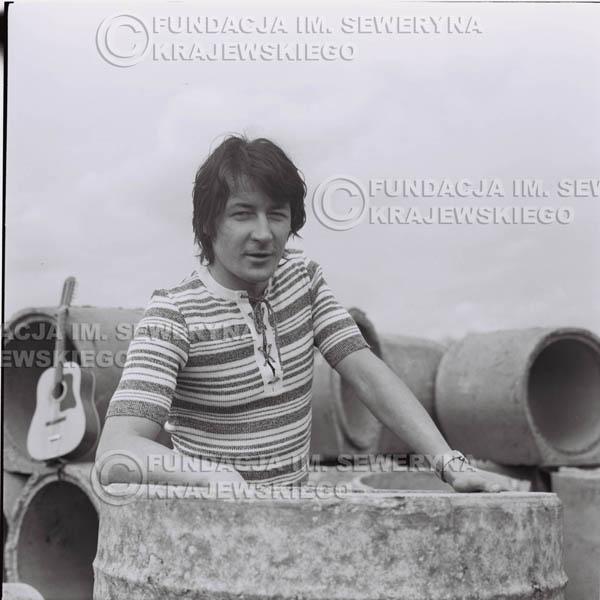 # 1425 - 1971r Krzysztof Klenczon – Gliwice, przed koncertem.
