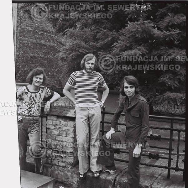 # 1432 - 1973r. Starówka w Poznaniu. Czerwone Gitary w składzie: Bernard Dornowski, Seweryn Krajewski, Jerzy Skrzypczyk.