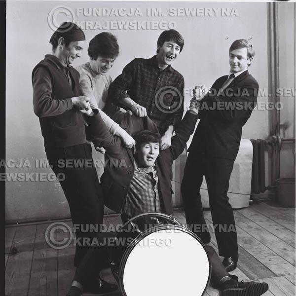 # 144 - Czerwone Gitary 1965r. od lewej: Henryk Zomerski, Jerzy Kosela, Krzysztof Klenczon, Jerzy Skrzypczyk, (na dole) Bernard Dornowski
