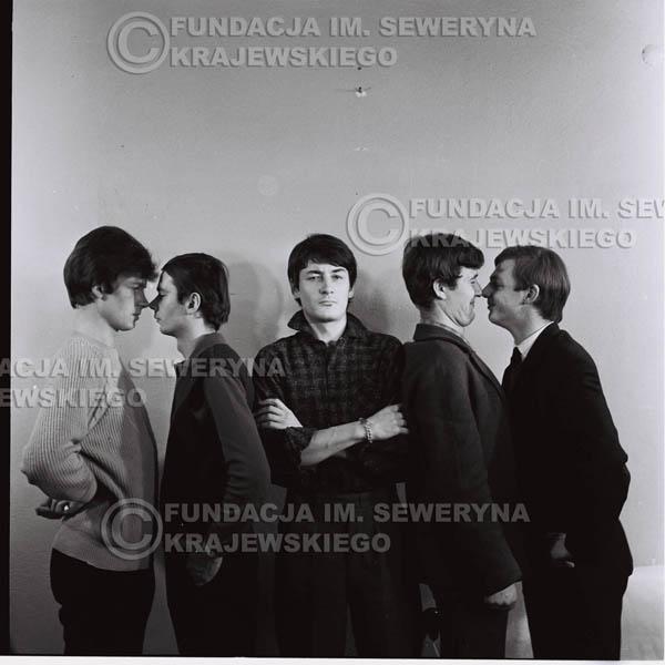 # 145 - Czerwone Gitary 1965r. od lewej: Jerzy Kosela, Henryk Zomerski, Krzysztof Klenczon, Bernard Dornowski, Jerzy Skrzypczyk
