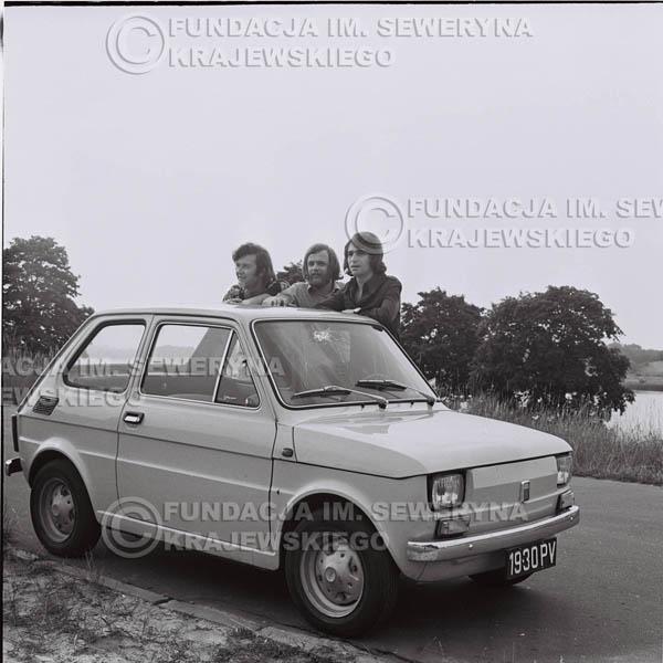 # 1465 - Poznań 1974 rok- Czerwone Gitary (w składzie: Seweryn Krajewski, Bernard Dornowski, Jerzy Skrzypczyk) z Fiatem 126p nad Jeziorem Malta, ówczesna propozycja reklamowa, która jednak nie doszła do skutku. Powstała nawet piosenka o małym polskim Fiacie