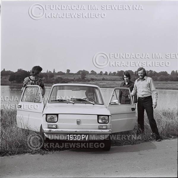 # 1466 - Poznań 1974 rok- Czerwone Gitary (w składzie: Seweryn Krajewski, Bernard Dornowski, Jerzy Skrzypczyk) z Fiatem 126p nad Jeziorem Malta, ówczesna propozycja reklamowa, która jednak nie doszła do skutku. Powstała nawet piosenka o małym polskim Fiacie