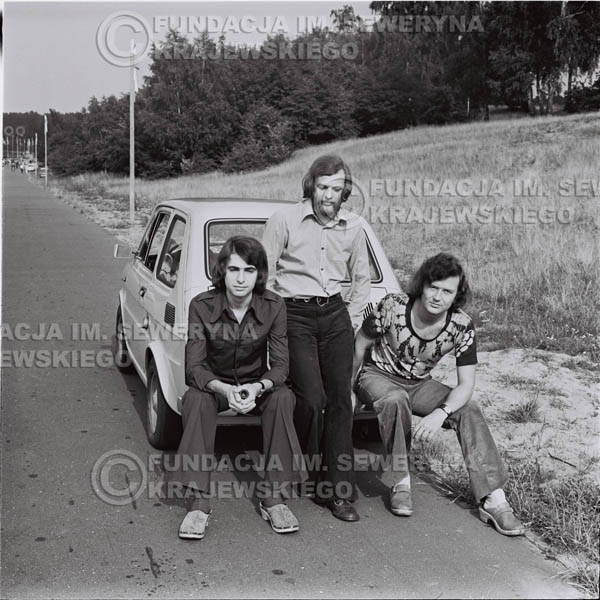 # 1468 - Poznań 1974 rok- Czerwone Gitary (w składzie: Seweryn Krajewski, Bernard Dornowski, Jerzy Skrzypczyk) z Fiatem 126p nad Jeziorem Malta, ówczesna propozycja reklamowa, która jednak nie doszła do skutku. Powstała nawet piosenka o małym polskim Fiacie