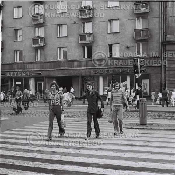 # 1473 - 1973r. Poznań, sesja zdjęciowa na ulicach Poznania. Czerwone Gitary w składzie: Bernard Dornowski, Seweryn Krajewski, Jerzy Skrzypczyk.