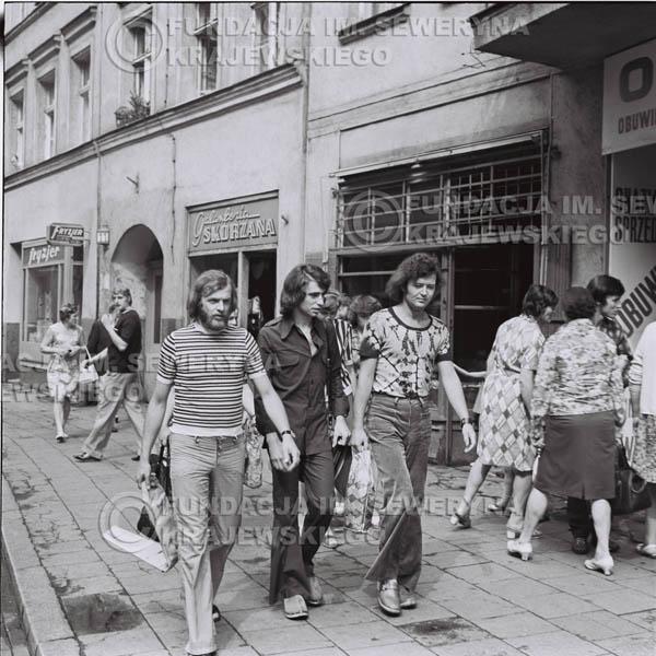 # 1474 - 1973r. Poznań, sesja zdjęciowa na ulicach Poznania. Czerwone Gitary w składzie: Bernard Dornowski, Seweryn Krajewski, Jerzy Skrzypczyk.