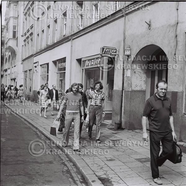 # 1475 - 1973r. Poznań, sesja zdjęciowa na ulicach Poznania. Czerwone Gitary w składzie: Bernard Dornowski, Seweryn Krajewski, Jerzy Skrzypczyk.