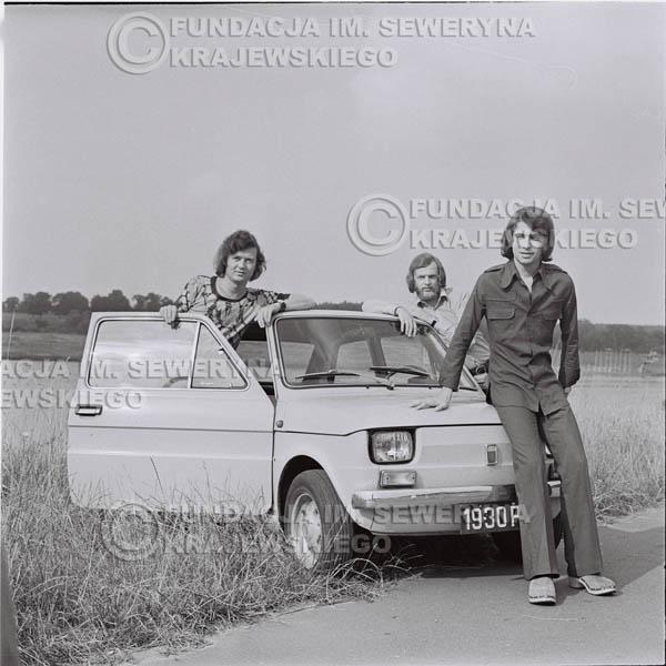 # 1486 - Poznań 1974 rok- Czerwone Gitary (w składzie: Seweryn Krajewski, Bernard Dornowski, Jerzy Skrzypczyk) z Fiatem 126p nad Jeziorem Malta, ówczesna propozycja reklamowa, która jednak nie doszła do skutku. Powstała nawet piosenka o małym polskim Fiacie