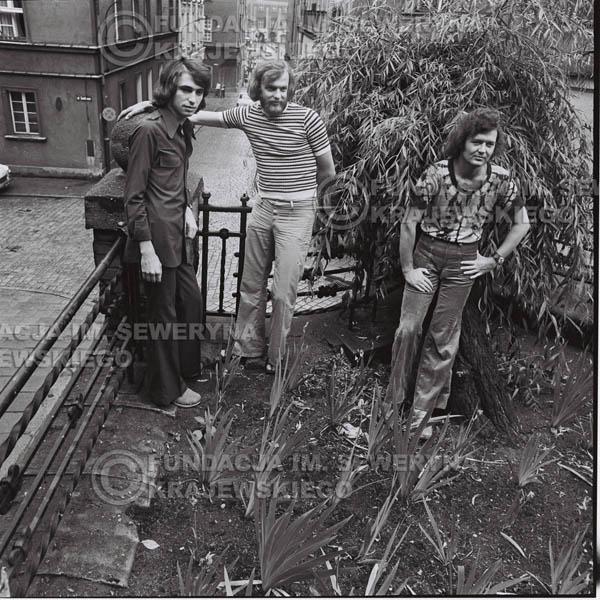 # 1493 - 1973r. Poznań, sesja zdjęciowa na ulicach Poznania. Czerwone Gitary w składzie: Bernard Dornowski, Seweryn Krajewski, Jerzy Skrzypczyk.