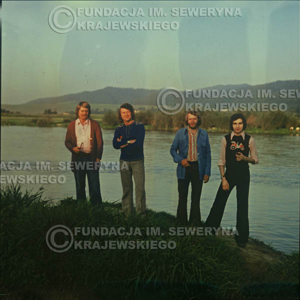 # 1506 - 1974r. sesja zdjęciowa w Sanoku. Czerwone Gitary w składzie: Bernard Dornowski, Seweryn Krajewski, Ryszard Kaczmarek, Jerzy Skrzypczyk.