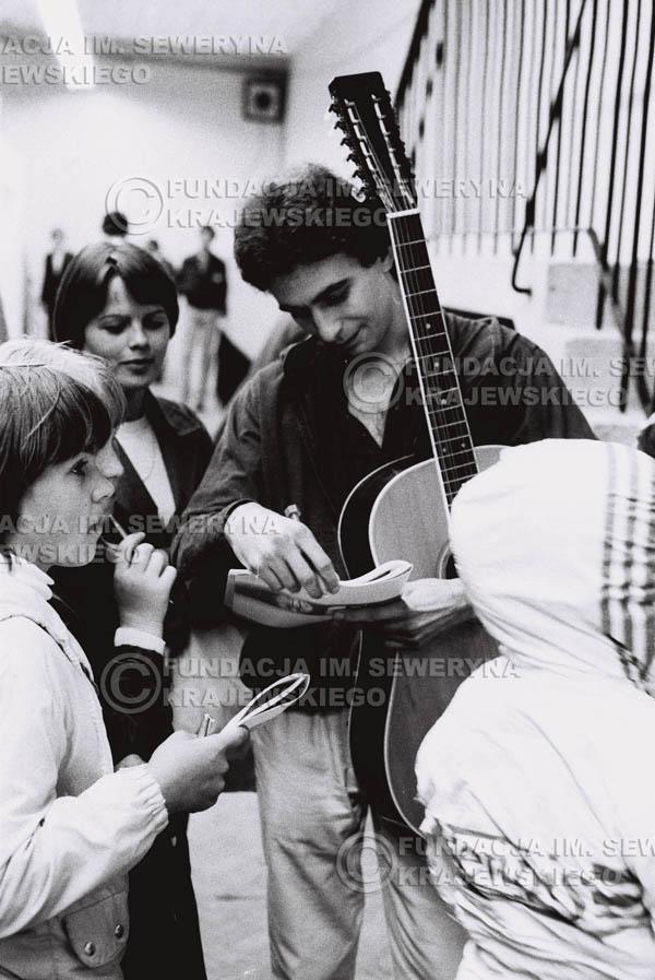 # 1528 - 1980 Międzynarodowy Festiwal Piosenki w Sopocie, Seweryn Krajewski rozdaje autografy.