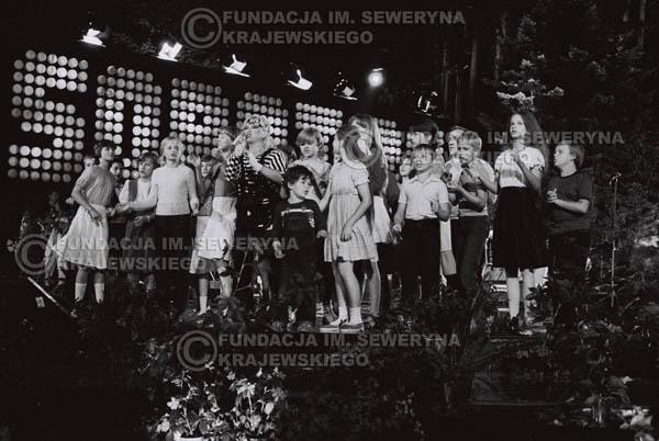 # 1542 - Maryla Rodowicz z dziećmi na scenie Opery Leśnej. 1984r. Międzynarodowy Festiwal Piosenki w Sopocie.