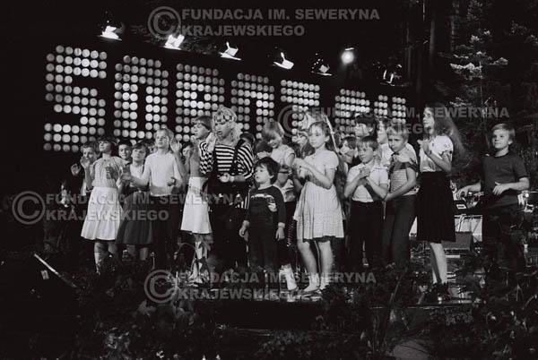 # 1544 - Maryla Rodowicz z dziećmi na scenie Opery Leśnej. 1984r. Międzynarodowy Festiwal Piosenki w Sopocie.