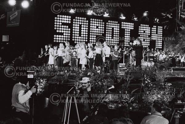 # 1545 - Maryla Rodowicz z dziećmi na scenie Opery Leśnej. 1984r. Międzynarodowy Festiwal Piosenki w Sopocie.