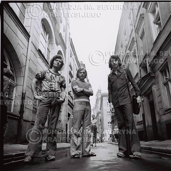 # 1570 - 1973r. Poznań, sesja zdjęciowa na Starówce. Czerwone Gitary w składzie: Bernard Dornowski, Seweryn Krajewski, Jerzy Skrzypczyk.