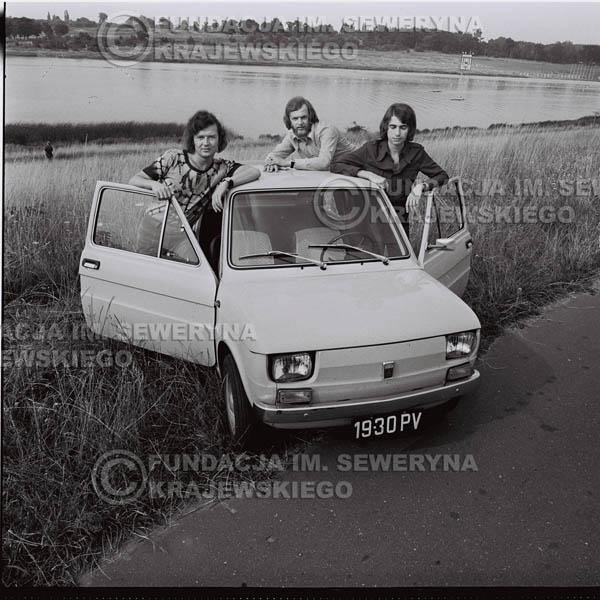 # 1573 - Poznań 1974 rok- Czerwone Gitary (w składzie: Seweryn Krajewski, Bernard Dornowski, Jerzy Skrzypczyk) z Fiatem 126p nad Jeziorem Malta, ówczesna propozycja reklamowa, która jednak nie doszła do skutku. Powstała nawet piosenka o małym polskim Fiacie