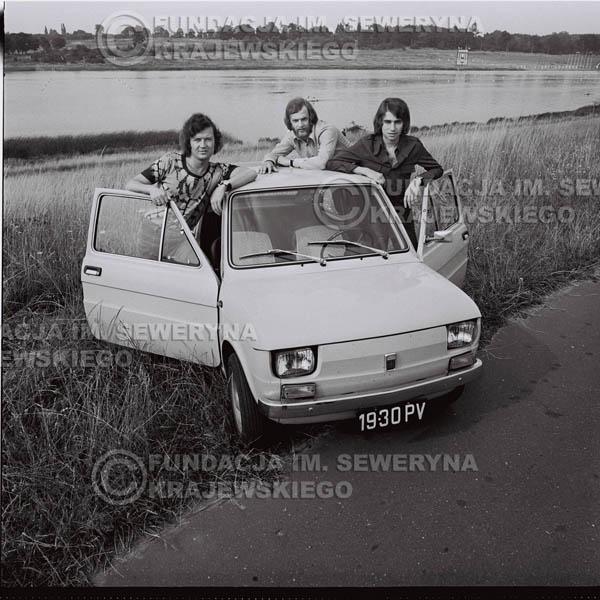 # 1574 - Poznań 1974 rok- Czerwone Gitary (w składzie: Seweryn Krajewski, Bernard Dornowski, Jerzy Skrzypczyk) z Fiatem 126p nad Jeziorem Malta, ówczesna propozycja reklamowa, która jednak nie doszła do skutku. Powstała nawet piosenka o małym polskim Fiacie