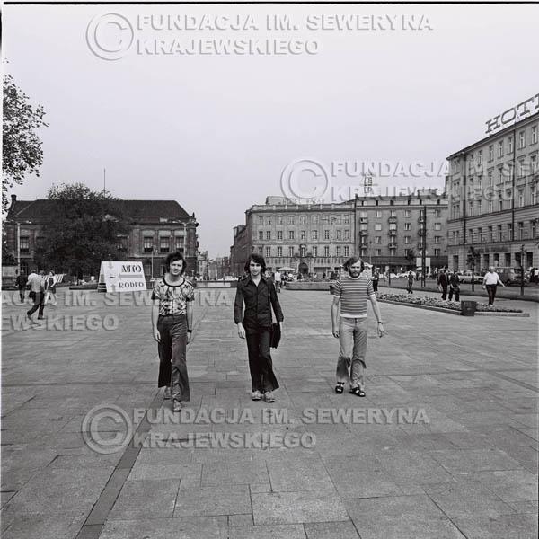 # 1581 - 1973r. sesja zdjęciowa na ulicach Poznania. Czerwone Gitary w składzie: Jerzy Skrzypczyk, Bernard Dornowski, Seweryn Krajewski.