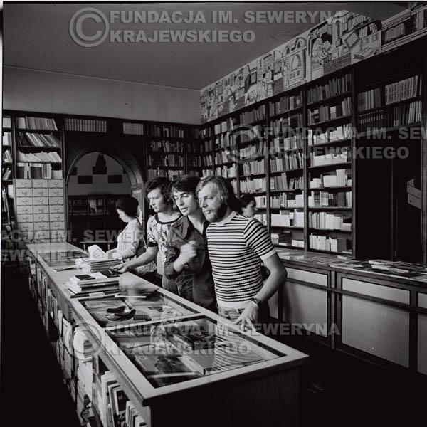 # 1582 - 1973r. sesja zdjęciowa na ulicach Poznania i w księgarni. Czerwone Gitary w składzie: Jerzy Skrzypczyk, Bernard Dornowski, Seweryn Krajewski.