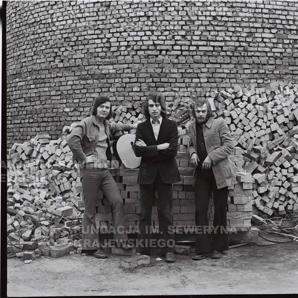 # 1608 - 1973r. Katowice na tyłach Hali Widowiskowo-Sportowej 'Spodek', od lewej: Bernard Dornowski, Seweryn Krajewski, Jerzy Skrzypczyk.