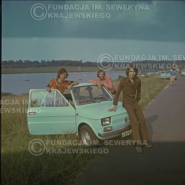 # 1642 - Poznań 1974 rok- Czerwone Gitary (w składzie: Seweryn Krajewski, Bernard Dornowski, Jerzy Skrzypczyk) z Fiatem 126p nad Jeziorem Malta, ówczesna propozycja reklamowa, która jednak nie doszła do skutku. Powstała nawet piosenka o małym polskim Fiacie