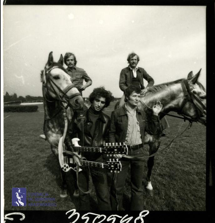 # 1647 - 1977 r. - Czerwone Gitary z Janem Pospieszalskim na terenie wyścigów konnych