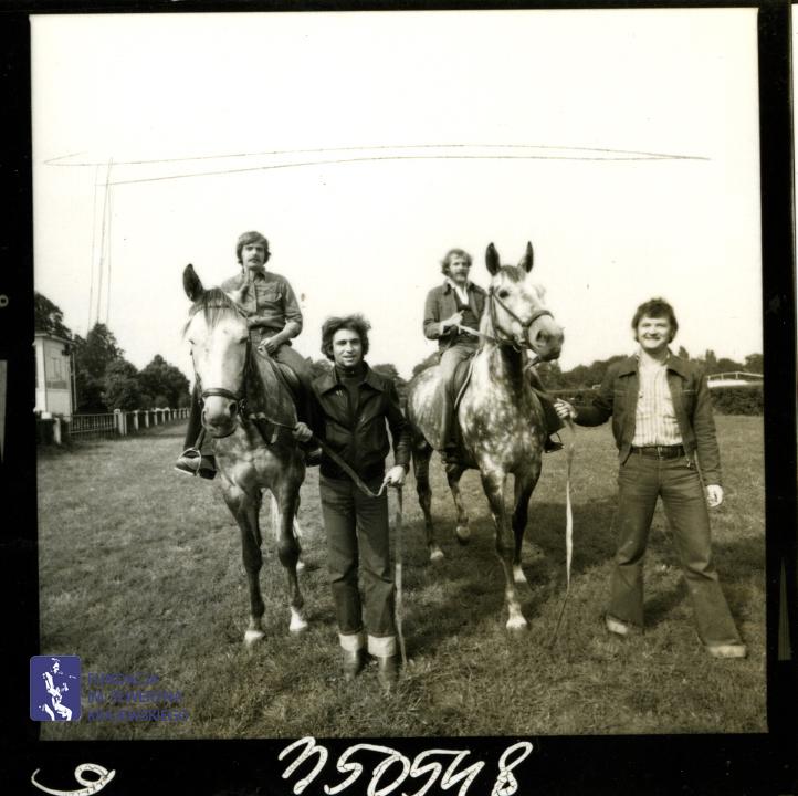 # 1648 - 1977 r. - Czerwone Gitary z Janem Pospieszalskim na terenie wyścigów konnych