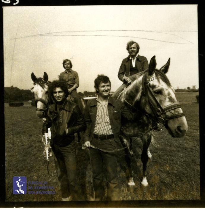 # 1656 - 1977 r. - Czerwone Gitary z Janem Pospieszalskim na terenie wyścigów konnych