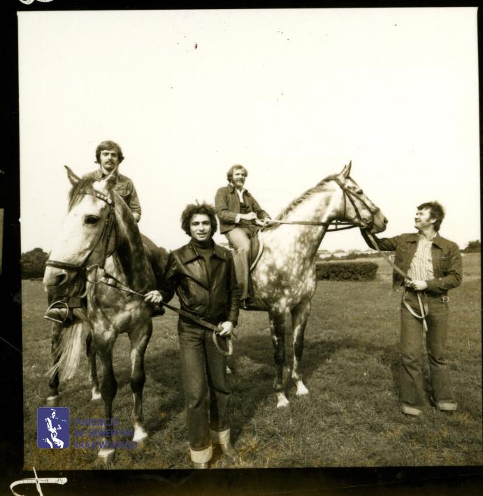 # 1657 - 1977 r. - Czerwone Gitary z Janem Pospieszalskim na terenie wyścigów konnych