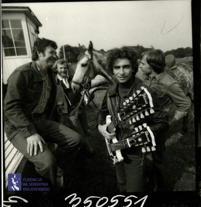 # 1659 - 1977 r. - Czerwone Gitary z Janem Pospieszalskim na terenie wyścigów konnych