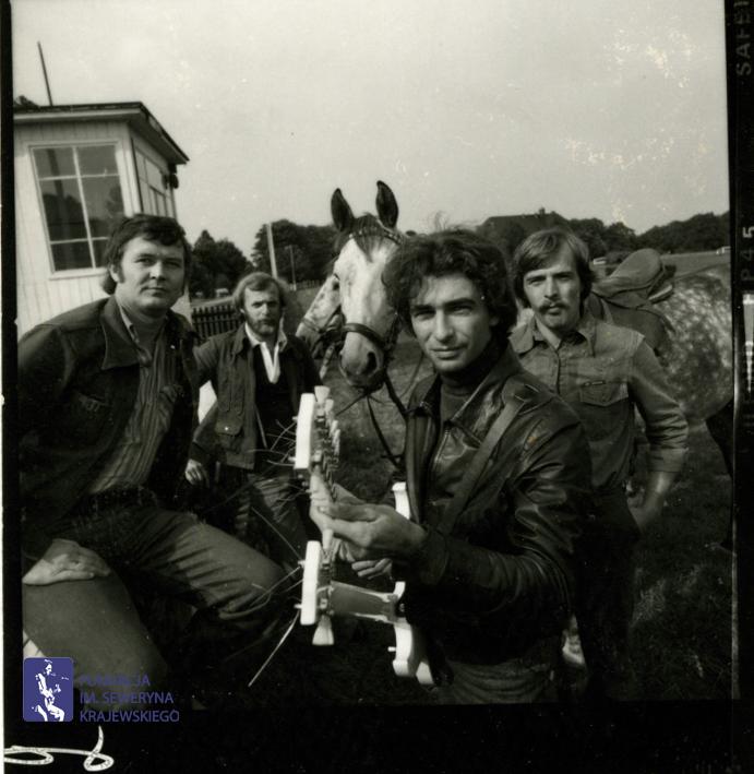 # 1663 - 1977 r. - Czerwone Gitary z Janem Pospieszalskim na terenie wyścigów konnych