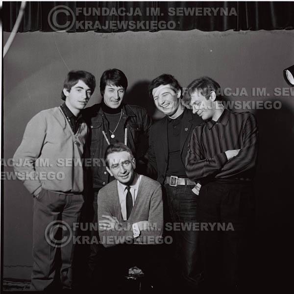 # 224 - Czerwone Gitary z Henrykiem Korzeniewskim (ówczesnym kierownikiem administracyjnym grupy), sesja zdjęciowa do okładki płyty pt: 'Czerwone Gitary 2' 1966r.