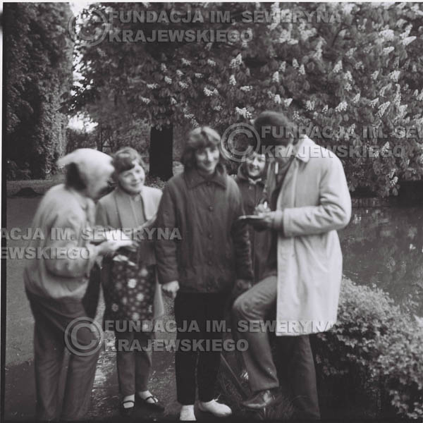 # 310 - Czerwone Gitary, spotkanie z fankami, Park Oliwski 1967r.