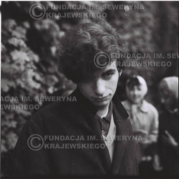# 316 - Czerwone Gitary, spotkanie z fankami, Park Oliwski 1967r.na pierwszym planie Seweryn Krajewski