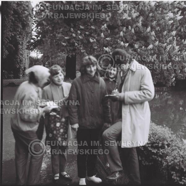 # 318 - Czerwone Gitary, spotkanie z fankami, Park Oliwski 1967r.na pierwszym planie Krzysztof Klenczon