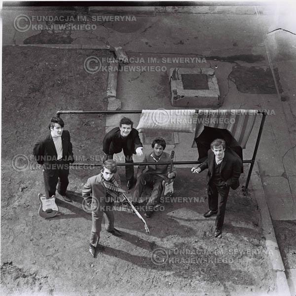 # 544 - 1966r. 'Czerwone Gitary', Łódź. Zdjęcie z sesji do okładki pierwszego longpleya 'Czerwonych Gitar' pod tytułem  'To Właśnie My'.