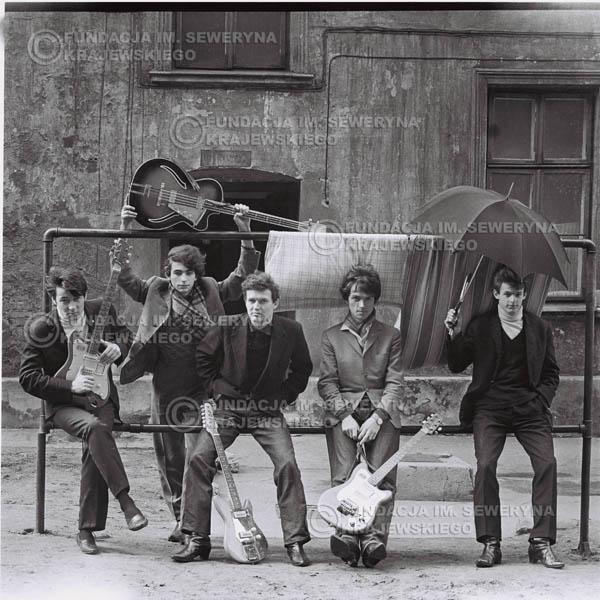 # 545 - 1966r. 'Czerwone Gitary', Łódź. Zdjęcie z sesji do okładki pierwszego longpleya 'Czerwonych Gitar' pod tytułem  'To Właśnie My'.