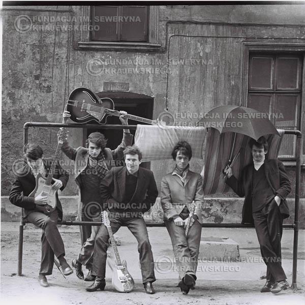 # 546 - 1966r. 'Czerwone Gitary', Łódź. Zdjęcie z sesji do okładki pierwszego longpleya 'Czerwonych Gitar' pod tytułem  'To Właśnie My'.