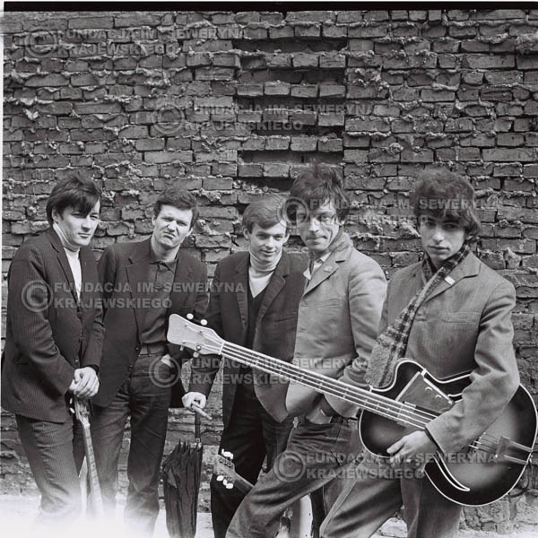 # 548 - 1966r. 'Czerwone Gitary', Łódź. Zdjęcie z sesji do okładki pierwszego longpleya 'Czerwonych Gitar' pod tytułem  'To Właśnie My'.
