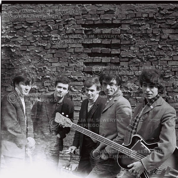 # 549 - 1966r. 'Czerwone Gitary', Łódź. Zdjęcie z sesji do okładki pierwszego longpleya 'Czerwonych Gitar' pod tytułem  'To Właśnie My'.