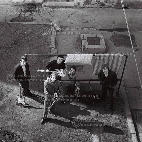 # 552 - 1966r. 'Czerwone Gitary', Łódź. Zdjęcie z sesji do okładki pierwszego longpleya 'Czerwonych Gitar' pod tytułem  'To Właśnie My'.