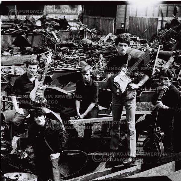 # 558 - 1966r. 'Czerwone Gitary', Łódź. Zdjęcie z sesji do okładki pierwszego longpleya 'Czerwonych Gitar' pod tytułem  'To Właśnie My'.